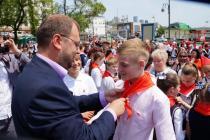 Повязывает галстук первый секретарь Приморского отделения ЛКСМ РФ Ляшенко Евгений Иванович