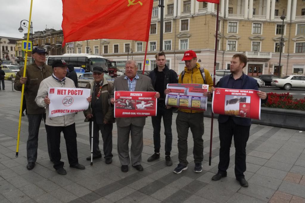 В память о расстреле Верховного Совета РФ во Владивостоке проходит пикет на центральной площади